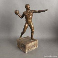 Coleccionismo deportivo: ANTIGUA FIGURA DINÁMICA DE UN JUGADOR DE BALONMANO EN POSICIÓN DE LANZAMIENTO. 1930 - 1940. Lote 186250916