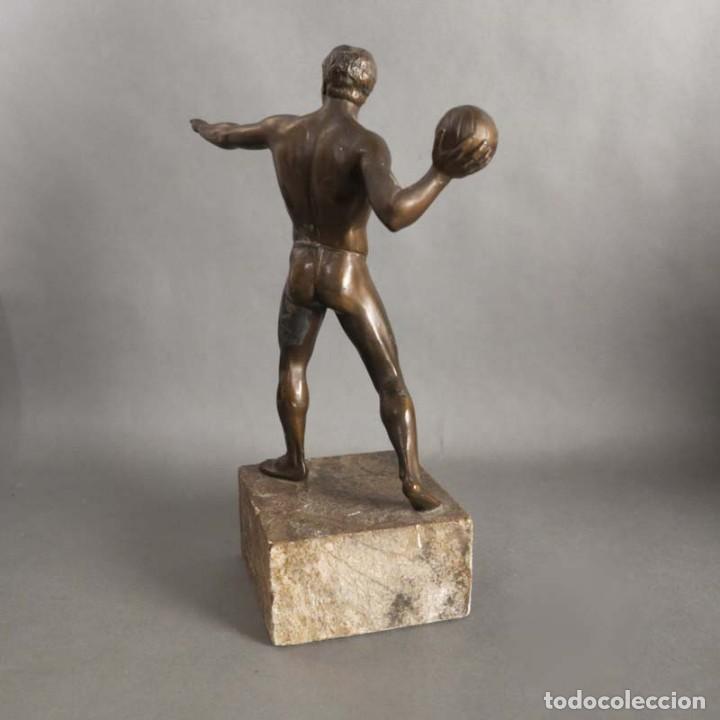 Coleccionismo deportivo: Antigua figura dinámica de un jugador de balonmano en posición de lanzamiento. 1930 - 1940 - Foto 3 - 186250916