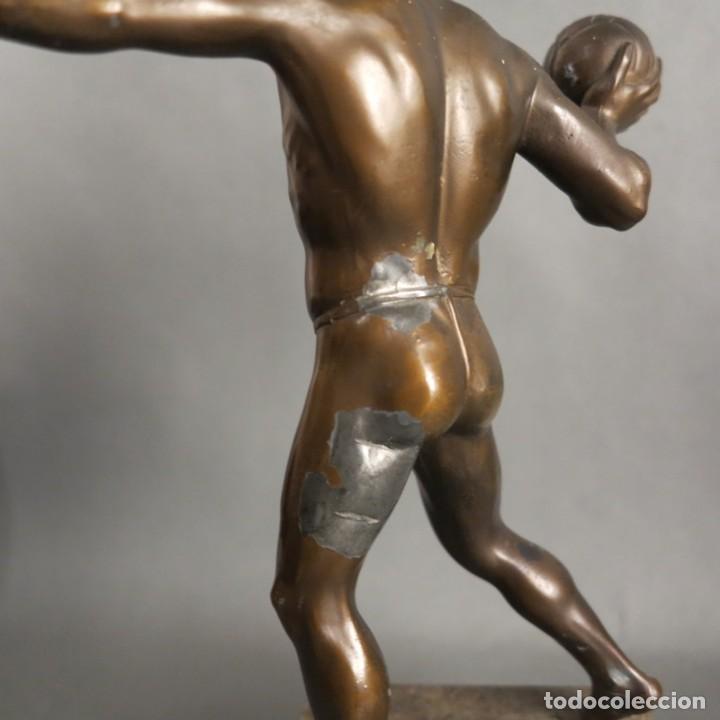 Coleccionismo deportivo: Antigua figura dinámica de un jugador de balonmano en posición de lanzamiento. 1930 - 1940 - Foto 4 - 186250916