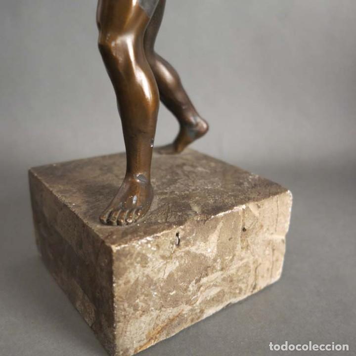 Coleccionismo deportivo: Antigua figura dinámica de un jugador de balonmano en posición de lanzamiento. 1930 - 1940 - Foto 5 - 186250916