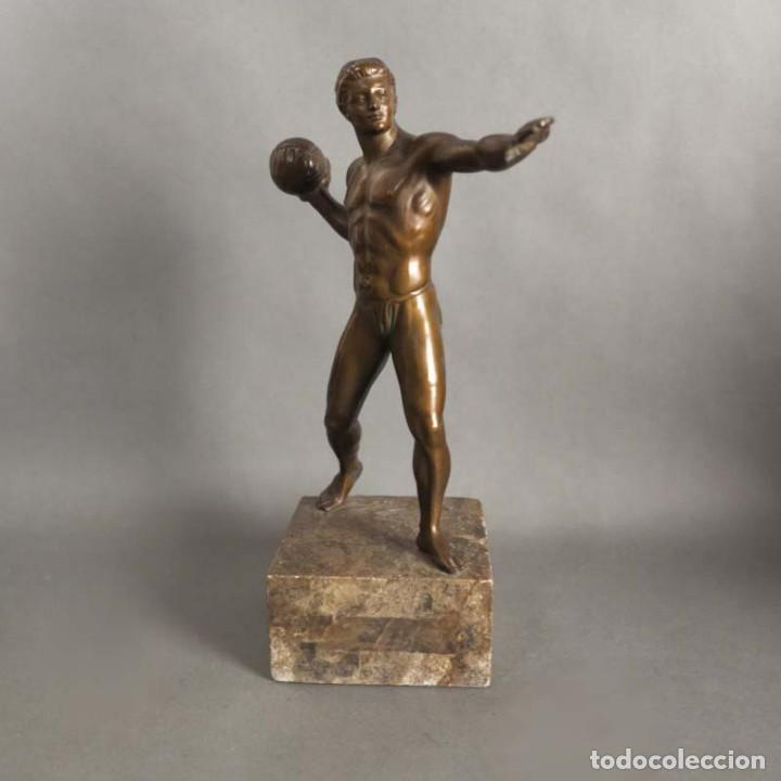 Coleccionismo deportivo: Antigua figura dinámica de un jugador de balonmano en posición de lanzamiento. 1930 - 1940 - Foto 6 - 186250916