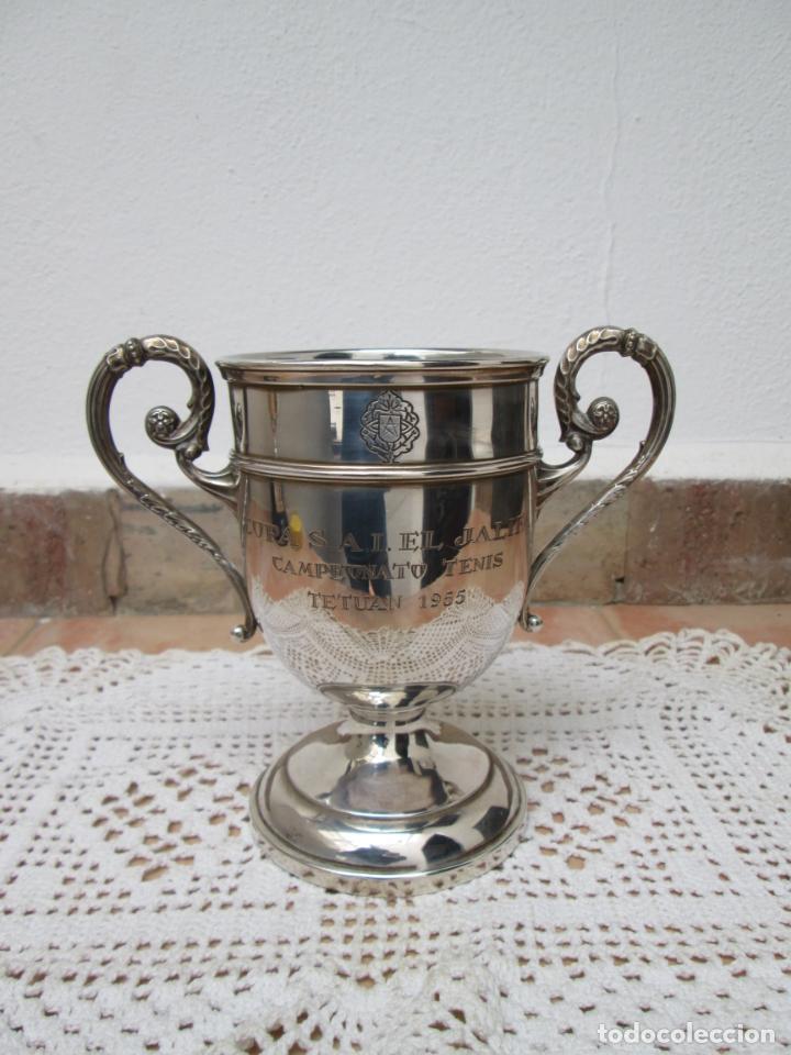 Coleccionismo deportivo: Antiguo Trofeo de Plata, COPA S.A.I. EL JALIFA CAMPEONATO DE TENIS, TETUAN 1955. - Foto 2 - 187829671
