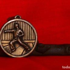 Coleccionismo deportivo: MEDALLA KARATE BRONCE MARCADA CEBRIAN VINTAGE SIN INSCRIPCIONES (#242). Lote 194589558