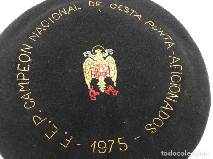 Coleccionismo deportivo: ANTIGUA TXAPELA CHAPELA CAMPEONATO DE CESTA PUNTA JAI ALAI 1975 FEDERACION ESPAÑOL PELOTA VASCA - Foto 2 - 194696161