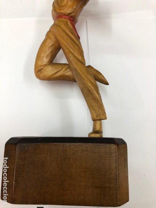 Coleccionismo deportivo: ANTIGUA FIGURA DE MADERA DE PELOTARI DE CESTA PUNTA JAI ALAI PELOTA VASCA FIRMADA POR J.ALBERDI - Foto 3 - 194697501