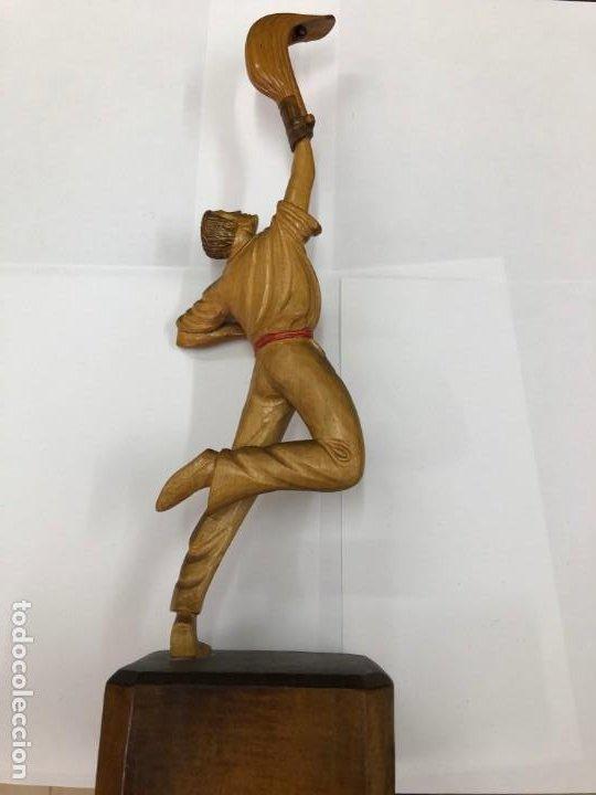 Coleccionismo deportivo: ANTIGUA FIGURA DE MADERA DE PELOTARI DE CESTA PUNTA JAI ALAI PELOTA VASCA FIRMADA POR J.ALBERDI - Foto 4 - 194697501