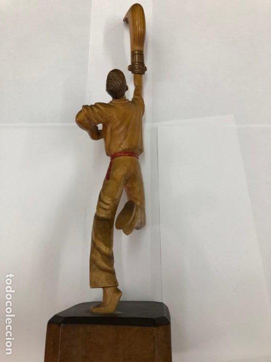 Coleccionismo deportivo: ANTIGUA FIGURA DE MADERA DE PELOTARI DE CESTA PUNTA JAI ALAI PELOTA VASCA FIRMADA POR J.ALBERDI - Foto 7 - 194697501