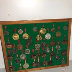 Coleccionismo deportivo: EXPOSITOR CON MEDALLAS DE NATACIÓN. Lote 196813958