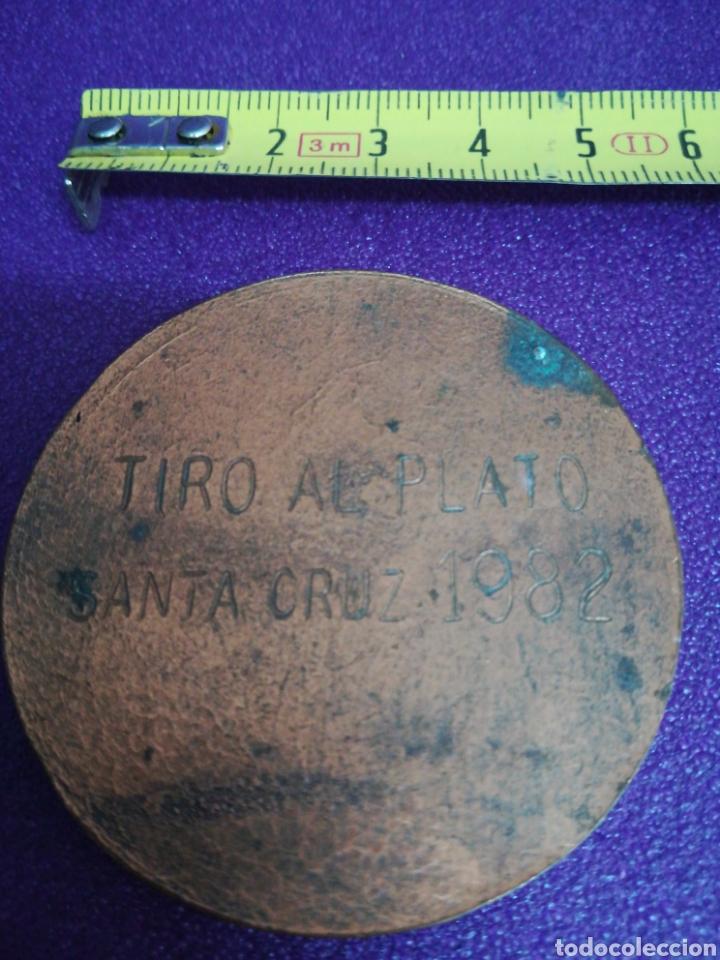 Coleccionismo deportivo: Medalla de tiro al plato Santa Cruz 1982 pichón - Foto 2 - 199944490