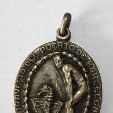 Coleccionismo deportivo: COLGANTE EN PLATA DEL CLUB NATACION ATHLETIC (BARCELONA). TRAVESIA DEL PUERTO. FIRMADO PALMADA. 1929. Lote 201284677