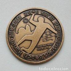 Coleccionismo deportivo: MEDALLA Y ESTUCHE DEL CAMPEONATO MUNDIAL DE BALONMANO PLAYA. CÁDIZ 2008. Lote 204836318