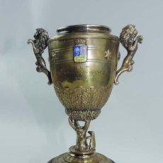 Coleccionismo deportivo: COPA TROFEO DE GOLF, PREMIO TROFEO SAN ISIDRO 1960, DE METAL DORADO CON PEANA DE MADER. MIDE 23 CEN. Lote 207921041