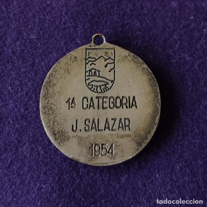 Coleccionismo deportivo: MEDALLA DE EXCURSIONISTA MANUEL IRADIER. VITORIA. 1954. 1ªCATEGORIA. JUAN SALAZAR. MONTAÑA. - Foto 2 - 212847686