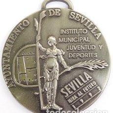 Coleccionismo deportivo: BONITA MEDALLA DEL AYTO DE SEVILLA(FECHADA 1992 AÑO DE LA EXPO) INST MUNICIPAL JUVENTUD Y DEPORTES.. Lote 212893752