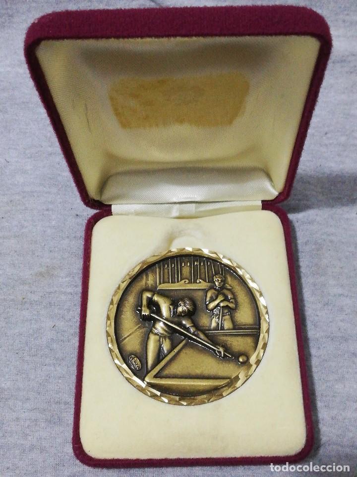 BONITO ESTUCHE TERCIOPELO CON MONEDA PREMIO CAMPEÓN JUGADOR DE BILLAR ANTIGUO RARO (Coleccionismo Deportivo - Medallas, Monedas y Trofeos - Otros deportes)