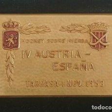 Coleccionismo deportivo: INTERESANTE PLACA DE HOCKEY SOBRE HIERBA IV AUSTRIA ESPAÑA TARRASA AÑO 1953. Lote 216868531