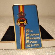 Coleccionismo deportivo: INSIGNIA REAL FEDERACIÓN MOTOCICLISTA ESPAÑOLA 1923 -1973 (50 ANIVERSARIO). Lote 216905035