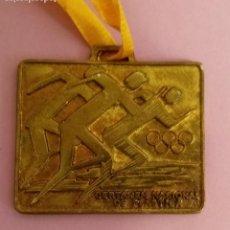 Coleccionismo deportivo: EL DEPORTE OLÍMPICO 1992 - MEDALLA CERTAMEN NACIONAL DE PLÁSTICA - 4.5 X 5.5 CMS. Lote 218461601