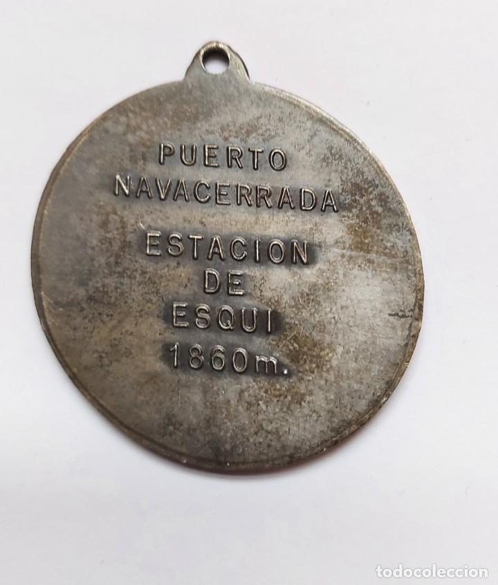 Coleccionismo deportivo: ANTIGUA Y PRECIOSA MEDALLA DE ESQUI ESTACIÓN DE SKI - PUERTO DE NAVACERRADA 1860 M - SIERRA DE GUADA - Foto 2 - 221805923