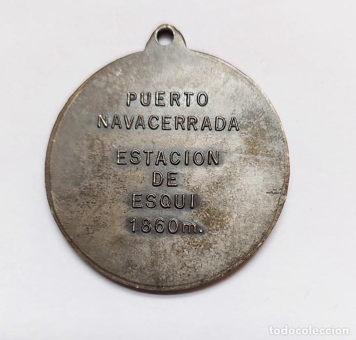 Coleccionismo deportivo: ANTIGUA Y PRECIOSA MEDALLA DE ESQUI ESTACIÓN DE SKI - PUERTO DE NAVACERRADA 1860 M - SIERRA DE GUADA - Foto 3 - 221805923