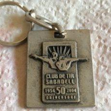Coleccionismo deportivo: LLAVERO CLUB DE TIRO DE SABADELL 50 ANIVERSARIO. Lote 222971712