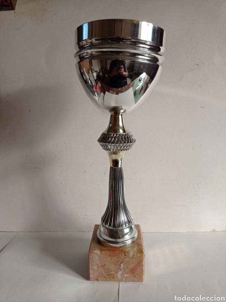 GRAN TROFEO DE METAL / PEANA DE MARMOL / SIN PLACA / MUY NUEVO (Coleccionismo Deportivo - Medallas, Monedas y Trofeos - Otros deportes)