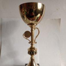 Coleccionismo deportivo: TROFEO DE METAL / CERAMICA Y PEANA DE MARMOL / IDEAL PARA TORNEO DE DOMINO. Lote 252459880