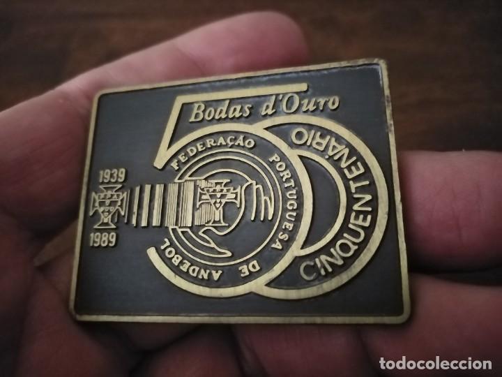 Coleccionismo deportivo: Medslla placa conmemorativa del 50 Aniversario de la Federación Portuguesa de Bslonmsno. Andebol. - Foto 2 - 262057660