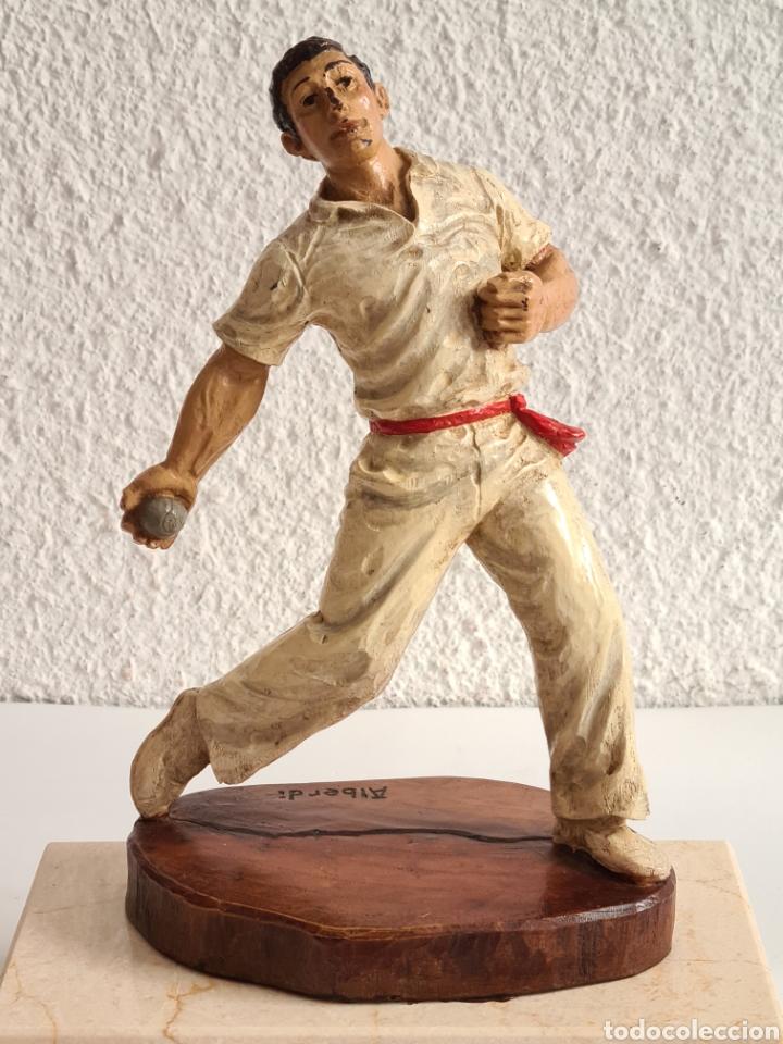 Coleccionismo deportivo: Talla Figura Pelotari firma Alberdi sobre peana mármol - Pelota Vasca - Decoración País Vasco - Foto 2 - 262128525