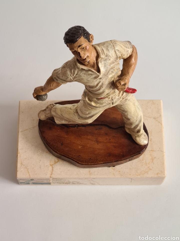 Coleccionismo deportivo: Talla Figura Pelotari firma Alberdi sobre peana mármol - Pelota Vasca - Decoración País Vasco - Foto 4 - 262128525