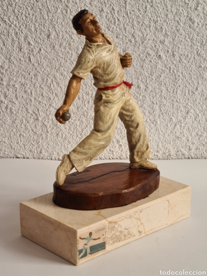 Coleccionismo deportivo: Talla Figura Pelotari firma Alberdi sobre peana mármol - Pelota Vasca - Decoración País Vasco - Foto 11 - 262128525