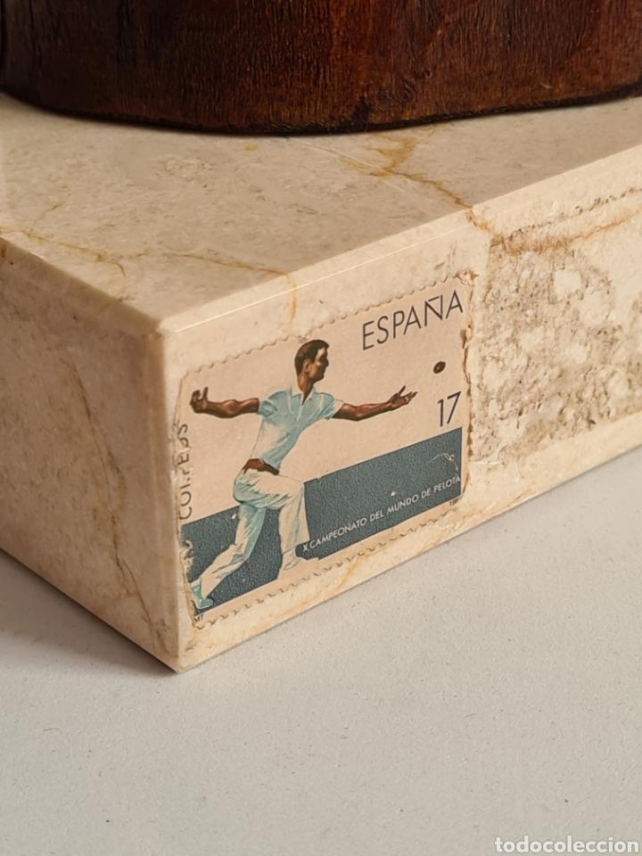 Coleccionismo deportivo: Talla Figura Pelotari firma Alberdi sobre peana mármol - Pelota Vasca - Decoración País Vasco - Foto 12 - 262128525