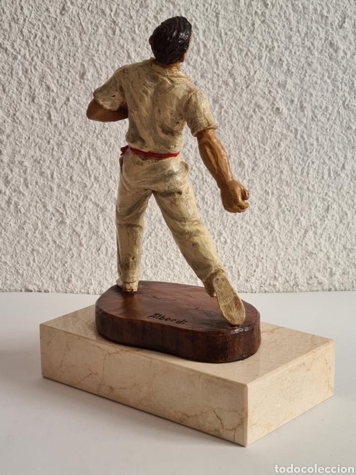 Coleccionismo deportivo: Talla Figura Pelotari firma Alberdi sobre peana mármol - Pelota Vasca - Decoración País Vasco - Foto 18 - 262128525