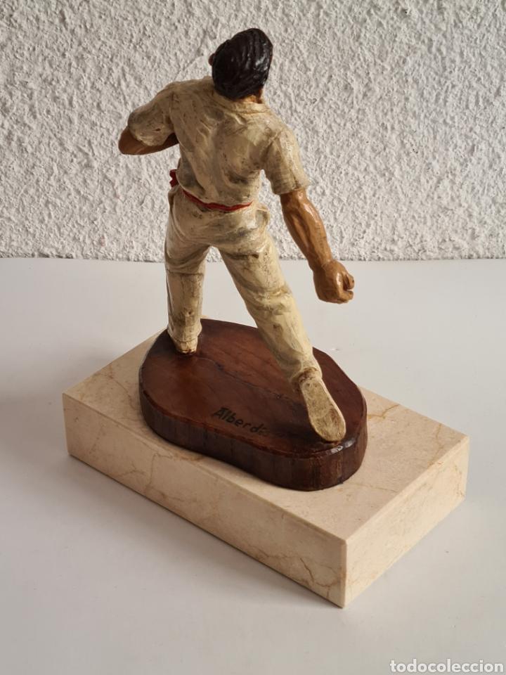 Coleccionismo deportivo: Talla Figura Pelotari firma Alberdi sobre peana mármol - Pelota Vasca - Decoración País Vasco - Foto 19 - 262128525