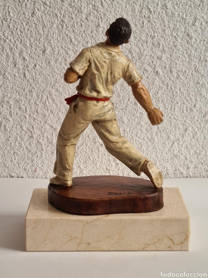 Coleccionismo deportivo: Talla Figura Pelotari firma Alberdi sobre peana mármol - Pelota Vasca - Decoración País Vasco - Foto 21 - 262128525
