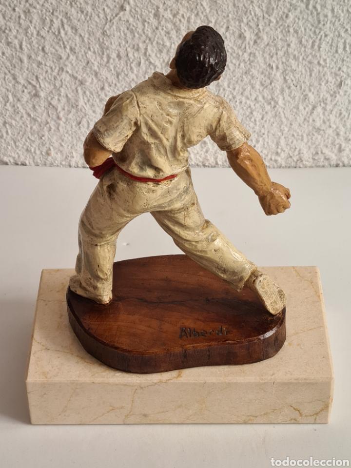 Coleccionismo deportivo: Talla Figura Pelotari firma Alberdi sobre peana mármol - Pelota Vasca - Decoración País Vasco - Foto 23 - 262128525