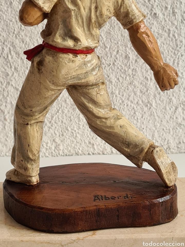 Coleccionismo deportivo: Talla Figura Pelotari firma Alberdi sobre peana mármol - Pelota Vasca - Decoración País Vasco - Foto 28 - 262128525