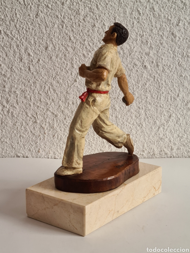 Coleccionismo deportivo: Talla Figura Pelotari firma Alberdi sobre peana mármol - Pelota Vasca - Decoración País Vasco - Foto 30 - 262128525
