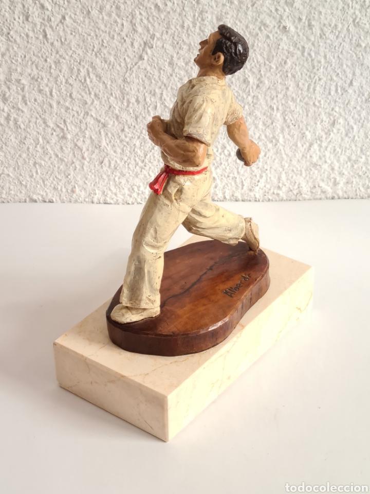 Coleccionismo deportivo: Talla Figura Pelotari firma Alberdi sobre peana mármol - Pelota Vasca - Decoración País Vasco - Foto 31 - 262128525