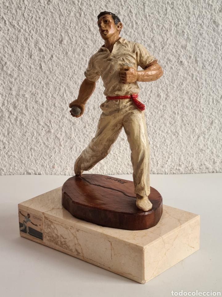 Coleccionismo deportivo: Talla Figura Pelotari firma Alberdi sobre peana mármol - Pelota Vasca - Decoración País Vasco - Foto 35 - 262128525