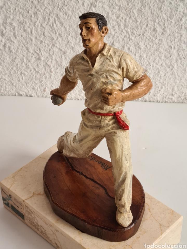 Coleccionismo deportivo: Talla Figura Pelotari firma Alberdi sobre peana mármol - Pelota Vasca - Decoración País Vasco - Foto 36 - 262128525
