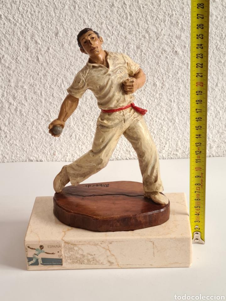 Coleccionismo deportivo: Talla Figura Pelotari firma Alberdi sobre peana mármol - Pelota Vasca - Decoración País Vasco - Foto 38 - 262128525