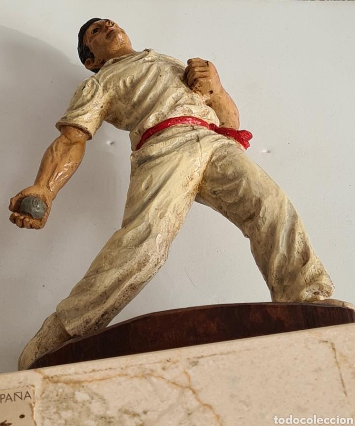 Coleccionismo deportivo: Talla Figura Pelotari firma Alberdi sobre peana mármol - Pelota Vasca - Decoración País Vasco - Foto 42 - 262128525