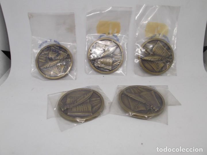 Coleccionismo deportivo: 5 Medallas Literatura pequeñas de bronce forjado sin anillas.Cebrian.Sin uso - Foto 2 - 262619170