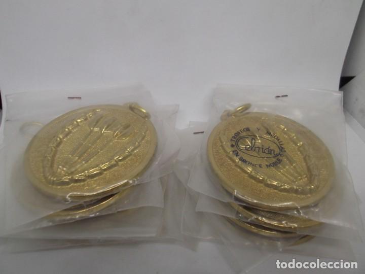 Coleccionismo deportivo: 9 Medallas doradas de Dardos con asa y reasa.Cebrian.Sin uso - Foto 2 - 262924100
