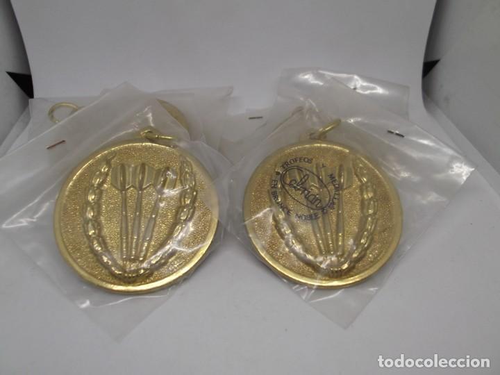 Coleccionismo deportivo: 9 Medallas doradas de Dardos con asa y reasa.Cebrian.Sin uso - Foto 3 - 262924100