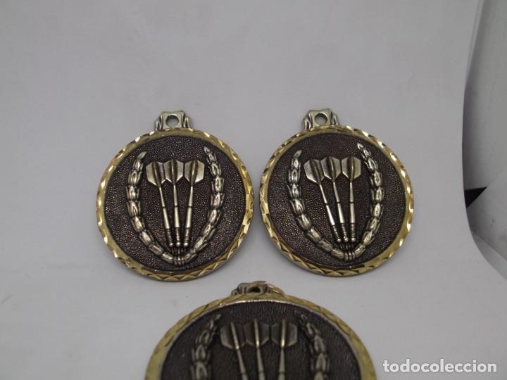 Coleccionismo deportivo: 3 Medallas de Dardos grandes de bronce forjado.Cebrian.Sin uso - Foto 2 - 262931835