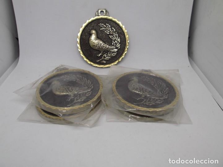 Coleccionismo deportivo: 5 Medallas antiguas de caza o pájaros.Cebrian.Nuevas - Foto 2 - 263765645