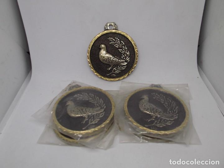 Coleccionismo deportivo: 5 Medallas antiguas de caza o pájaros.Cebrian.Nuevas - Foto 4 - 263765645