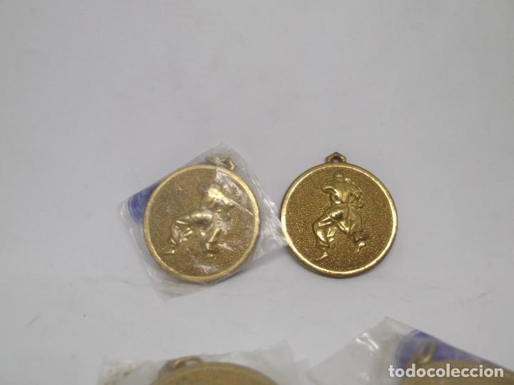 4 MEDALLAS DE JUDO O KARATE DORADAS PEQUEÑAS.CEBRIAN (Coleccionismo Deportivo - Medallas, Monedas y Trofeos - Otros deportes)